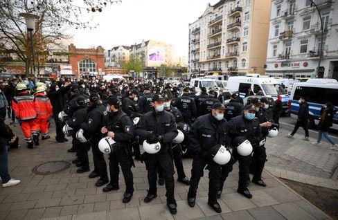 Polizisten während einer Demonstration zum 1. Mai in Hamburg, am 30. April 2021