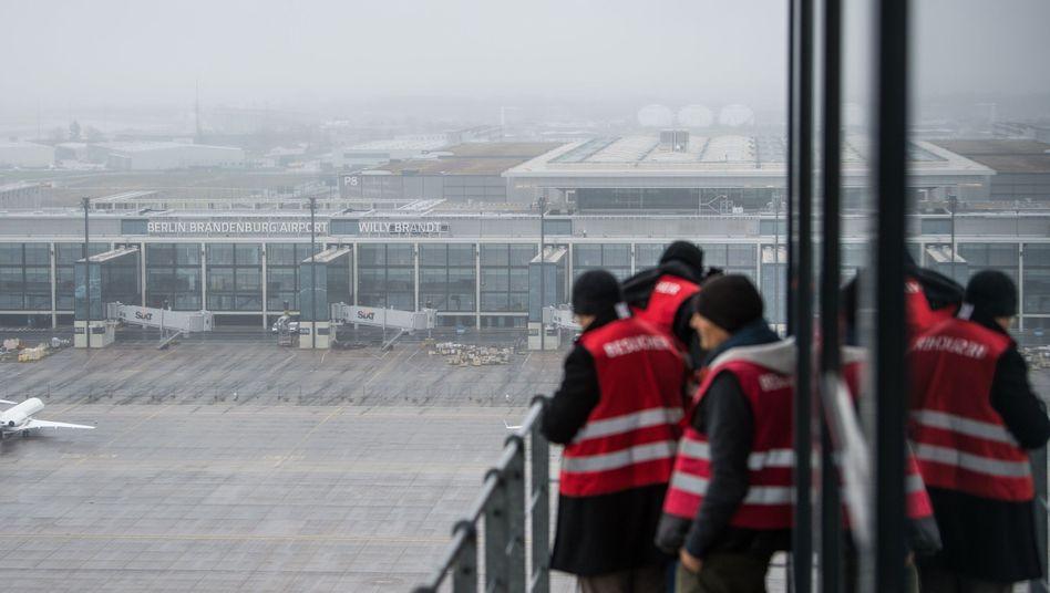 Tower der Deutschen Flugsicherung vor dem Terminal des Hauptstadtflughafens