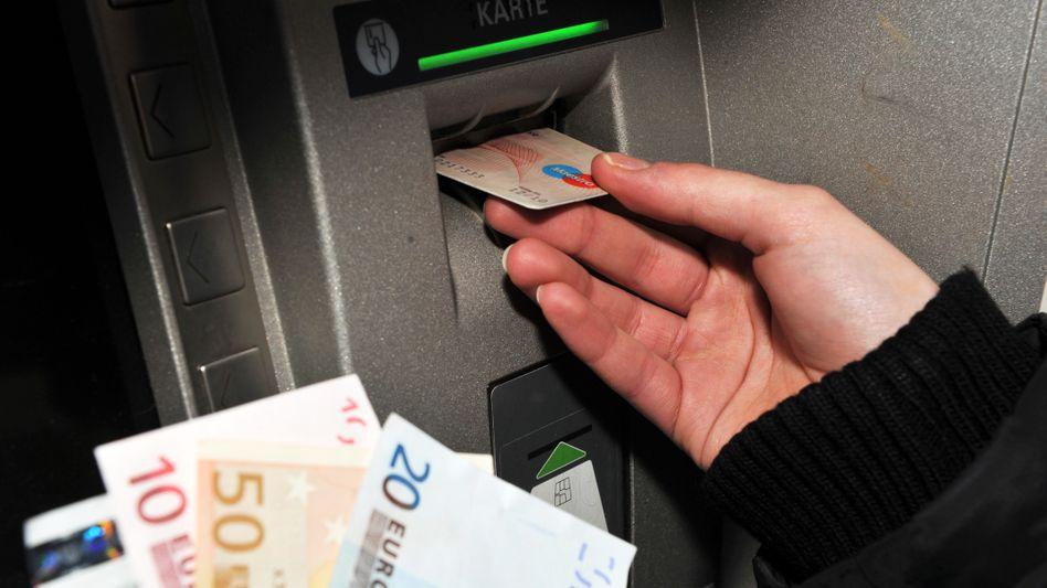 Girokarte zur Benutzung eines Geldautomats (Archivbild): Ersatzkarten müssen kostenlos sein