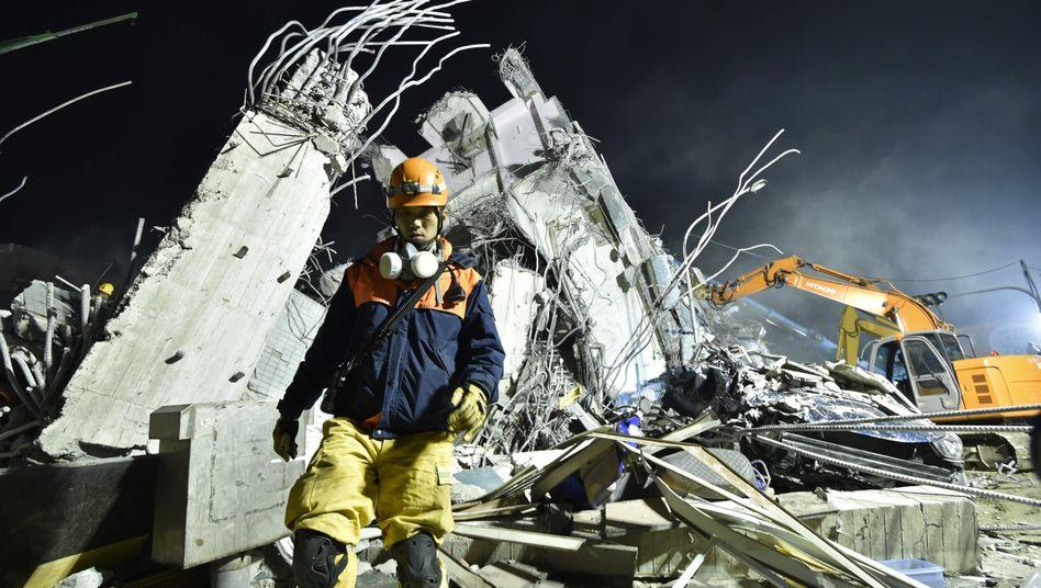 Rettungsarbeiten in Tainan: Noch immer werden Dutzende Menschen in den Trümmern vermutet