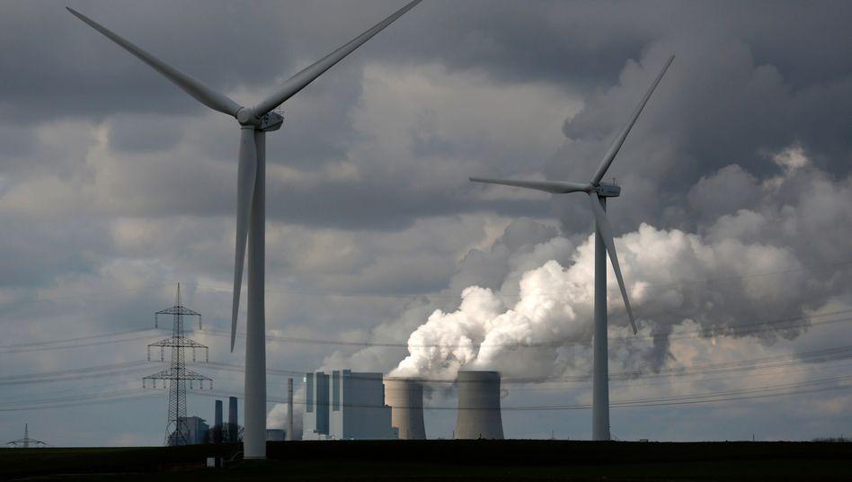Windturbirnen vor dem RWE-Kohlekraftwerk Neurath