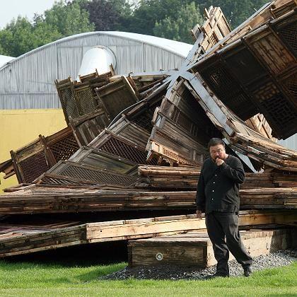 """Vor den Trümmern seines Documenta-Kunstwerks """"Template"""": Der chinesische Künstler Ai Weiwei"""