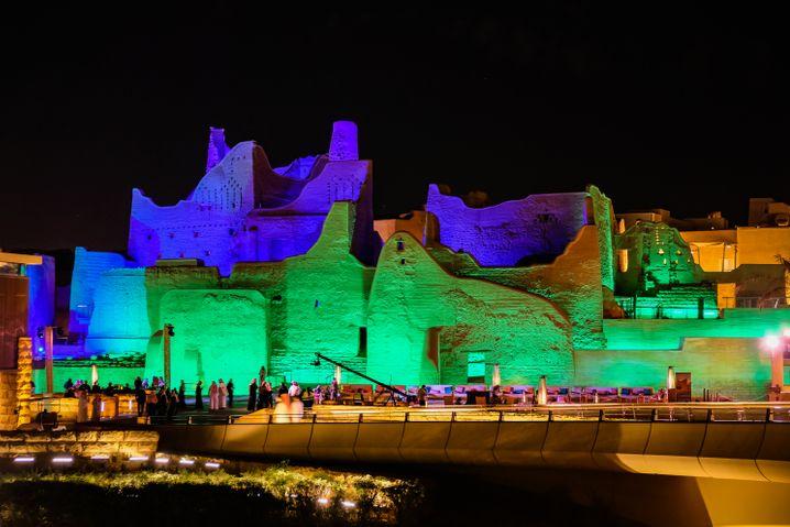 Farbprojektion auf historischen Hauswänden in At-Turaif bei Riad