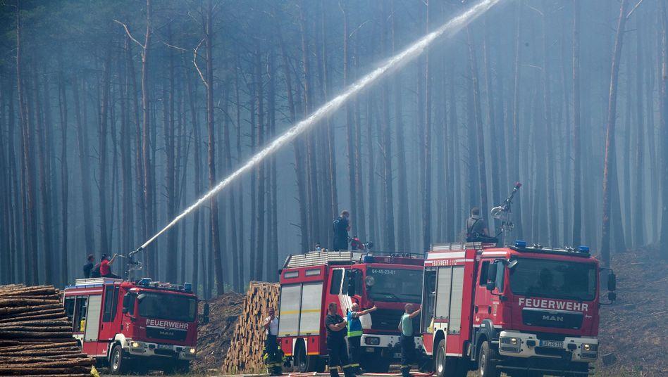 Feuerwehrleute Anfang Juli 2019 beim Einsatz in der Nähe der Ortschaft Alt Jabel in Mecklenburg-Vorpommern