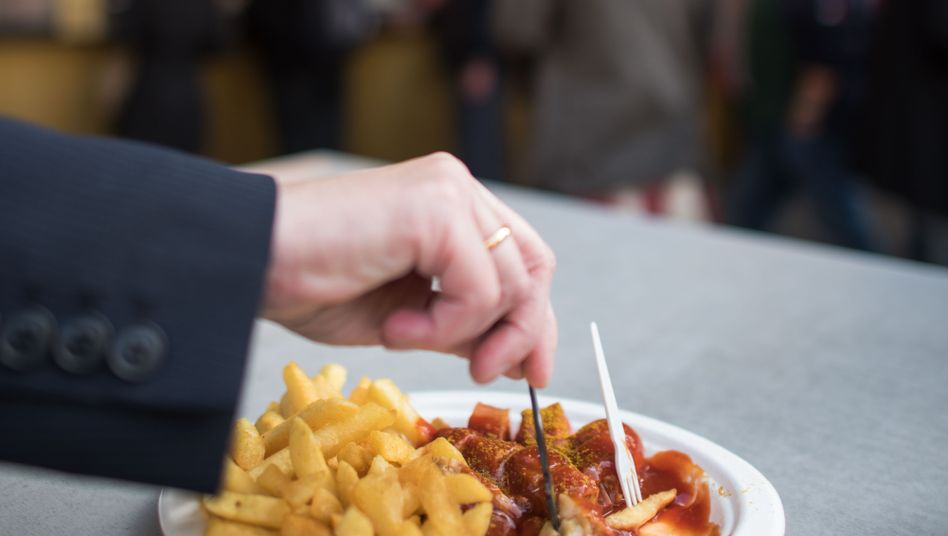 """Currywurst statt selbst gekocht: """"Heute können junge Frauen genauso wenig kochen wie junge Männer, oft ist es zumindest so"""""""