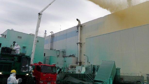 Einsatz in Fukushima: Helfer sprühen Bindemittel gegen radioaktiven Staub
