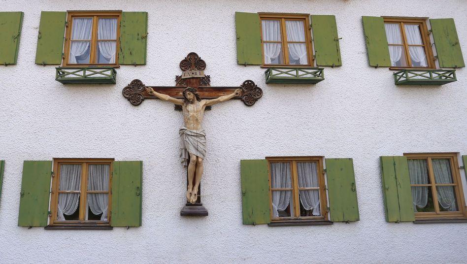 Kruzifix an einem Bauernhaus