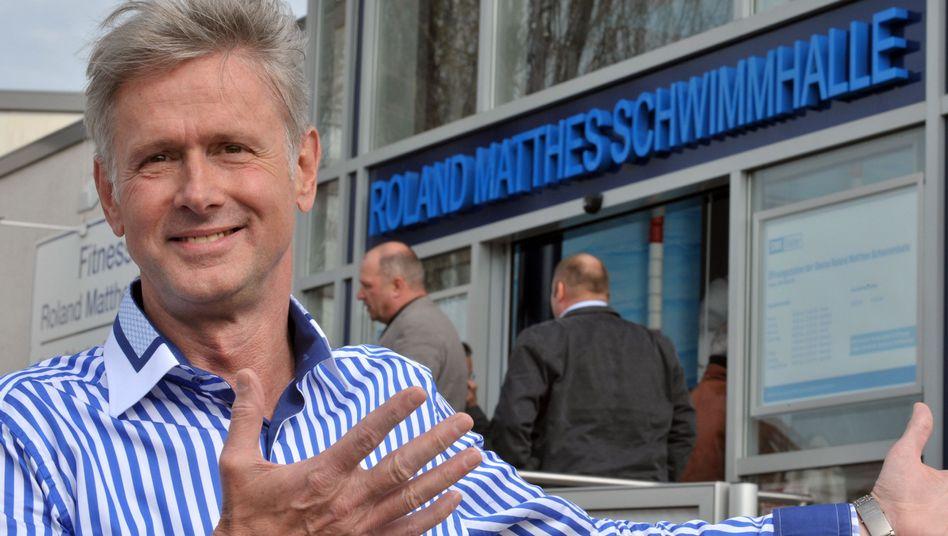 Roland Matthes 2011 vor der nach ihm benannten Schwimmhalle in Erfurt.