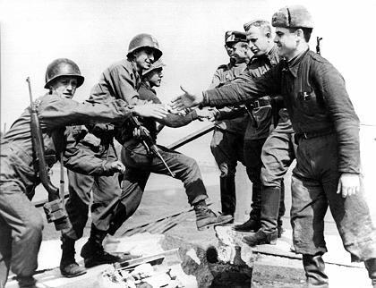 Denkwürdiges Treffen: Am 25. April 1945 stoßen amerikanische Spähtrupps im sächsischen Torgau auf sowjetische Einheiten