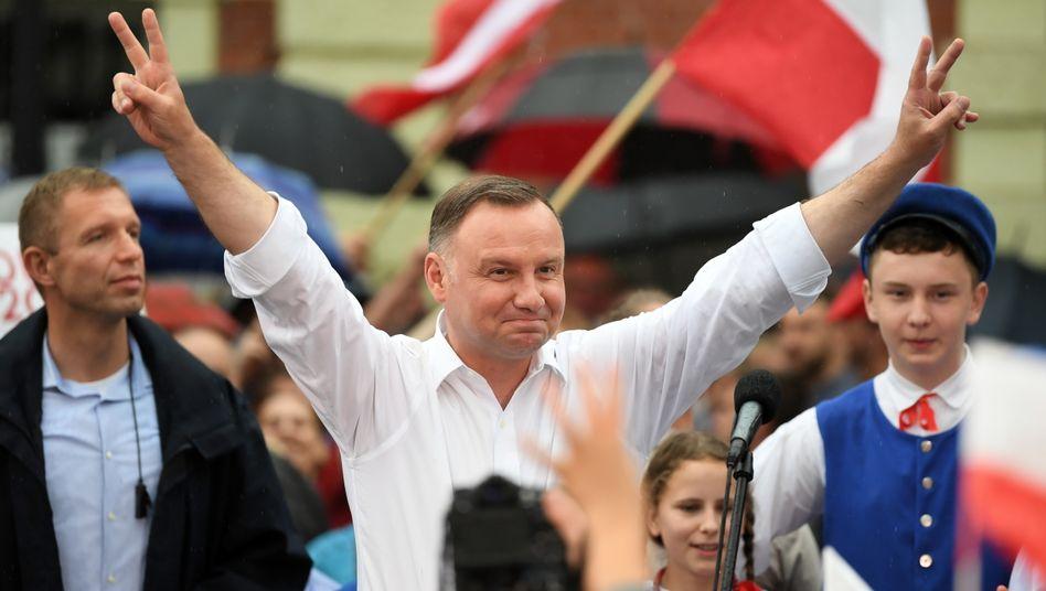 Konservativer Duda in Siegerpose, doch im zweiten Wahlgang könnte es eng werden