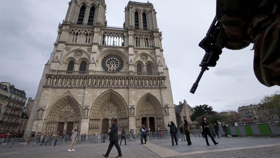 Soldat vor Notre Dame: Paris sucht nach den Hintermännern des Terrors