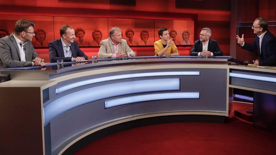 """Moderator Plasberg (r.) mit seinen Gästen: """"EU-Postengeschacher: Kungelei statt Wählerwille?"""""""