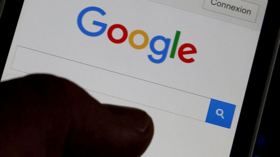 Googles Suchmaschine auf einem Smartphone. Sein Geld verdient der Internetkonzern mit Onlinewerbung