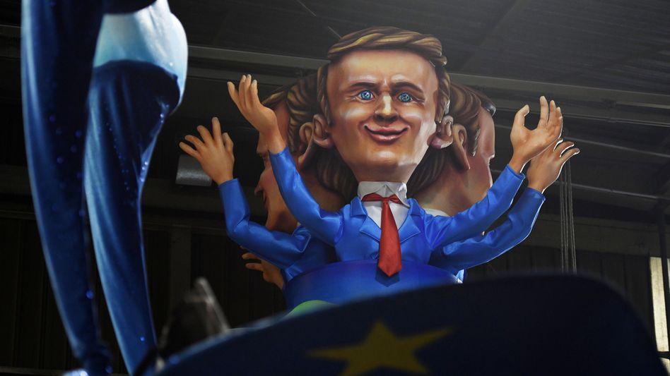 Macron-Statue beim Karneval in Nizza