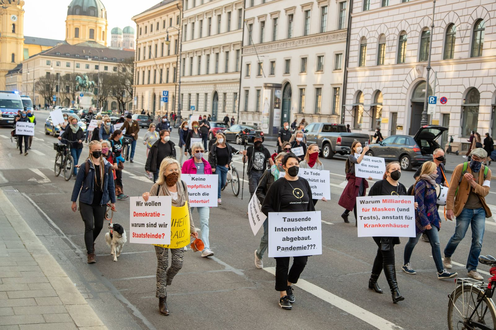 Querdenken Demo gegen den Lockdown in München, Ca. 50 Corona Leugner*innen, Impfgegner*innen und Querdenken Aktivist*inn