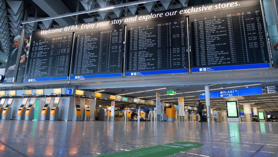 Abfertigungshalle am Frankfurter-Flughafen (Archivbild): Auf dem Airport war es im April fast menschenleer