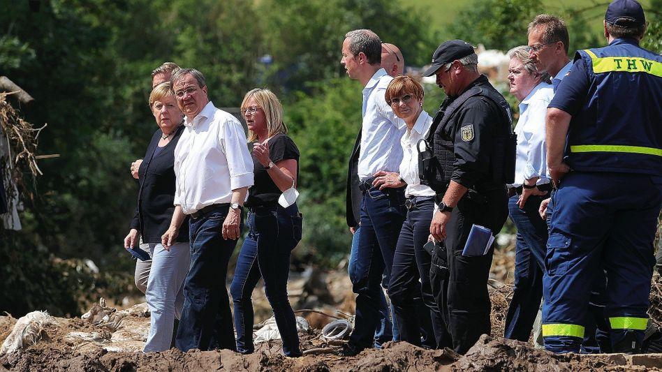 Bundeskanzlerin Merkel, Ministerpräsident Laschet in Bad Münstereifel: »Meiiiiiin Gott«