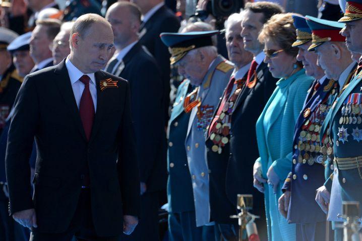 """Staatspräsident Putin mit Veteranen auf der Krim (2014): """"Tag des Sieges"""""""