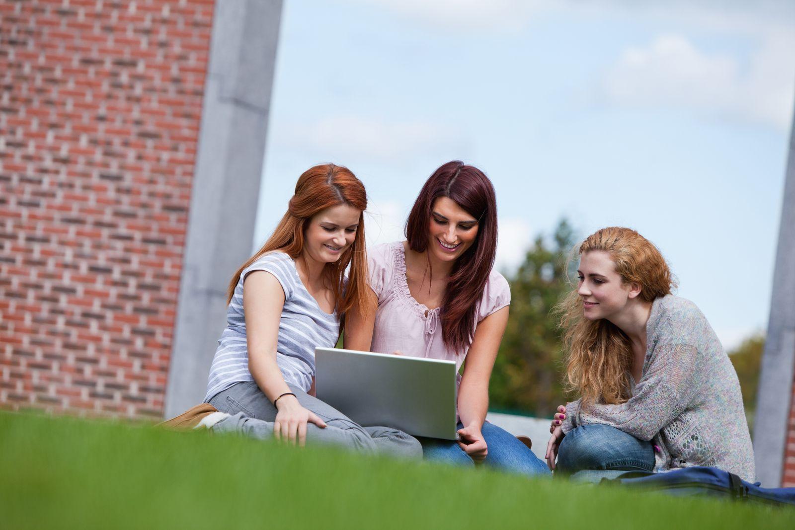 NICHT MEHR VERWENDEN! - Studenten / Sommer / Uni / Wiese (Kopie)