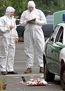 Bei Waltrop sichern Beamte der Kriminalpolizei die Spuren der Polizistenmorde