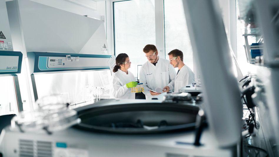 Mitarbeiter von Biontech im Labor des Unternehmens in Mainz