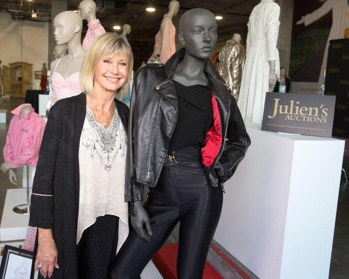 """Newton-John mit """"Grease""""-Outfit: Mehr als 400.000 Dollar brachte die Auktion in Los Angeles"""