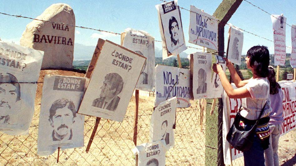 Fotos von Vermissten an der Grenze des Sektengeländes