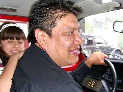 Juan in seinem Taxi: Er hat etwas von einem zahnlosen freundlichen Nilpferd BU