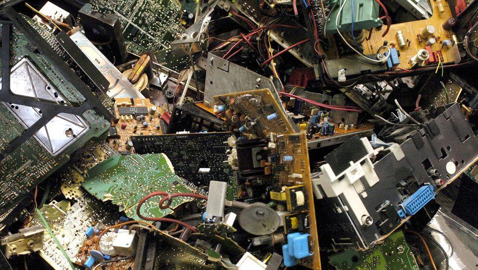 Elektronikbauteile in einem Müllcontainer: Ganzes Modul auswechseln, weil ein kleiner Schalter kaputt ist