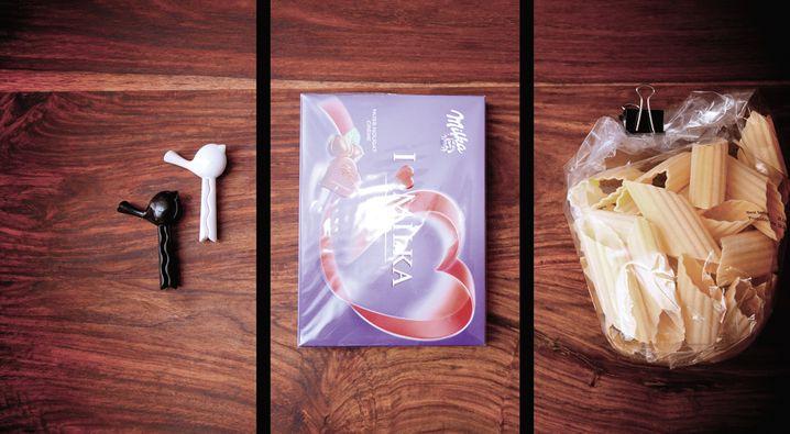 """""""Motif Surprise"""": Zwei Tütenklammern, eine Schachtel Pralinen und eine Packung Nudeln. Die einzige Spielregel besteht darin, die Motive möglichst schick zu fotografieren."""