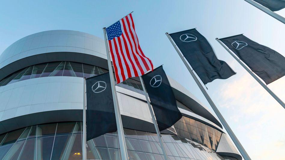 US-Flagge vor dem Daimler-Museum in Stuttgart