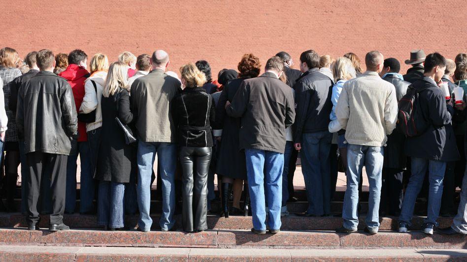 Menschenmenge: Viele müssten etwas tun, aber niemand will anfangen