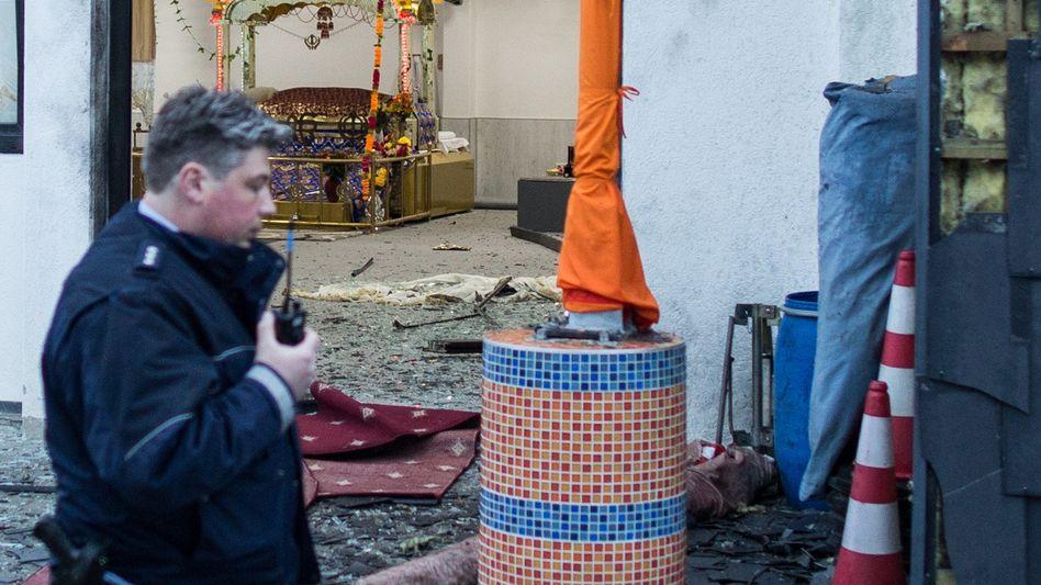 Ein Polizist vor dem Sikh-Gebetshaus