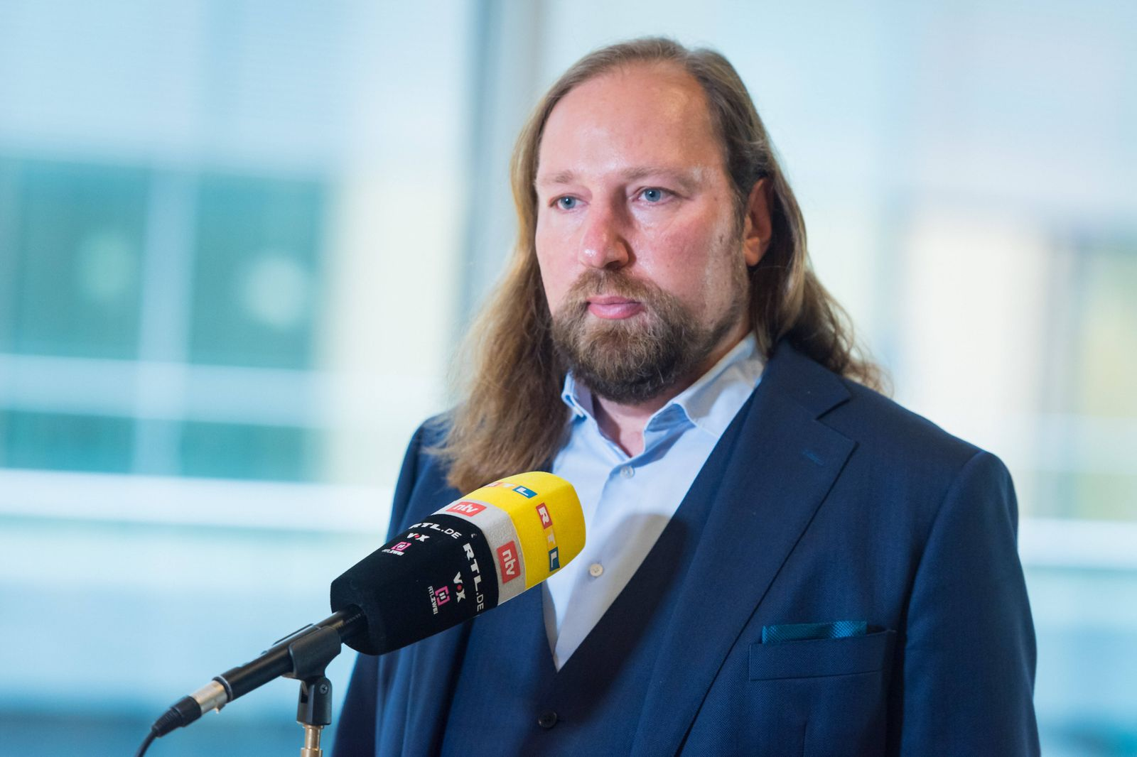 Berlin, Anton Hofreiter gibt Interview im Bundestag Deutschland, Berlin - 07.12.2020: Im Bild ist Anton Hofreiter (Vors
