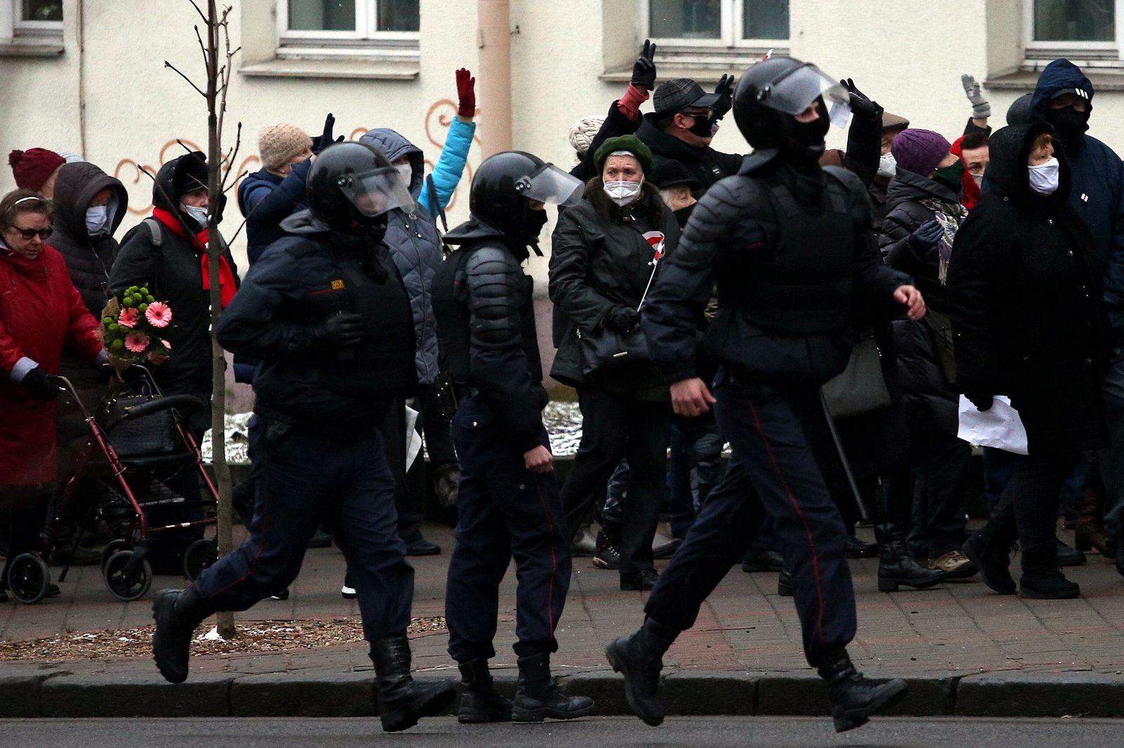 TOPSHOT-BELARUS-POLITICS-POLICE-DEMO