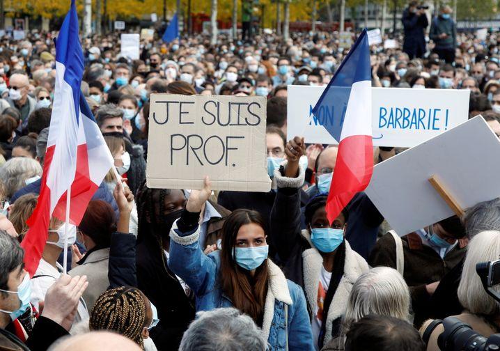 """Ich bin Lehrerin"": Demonstrantin in Paris"