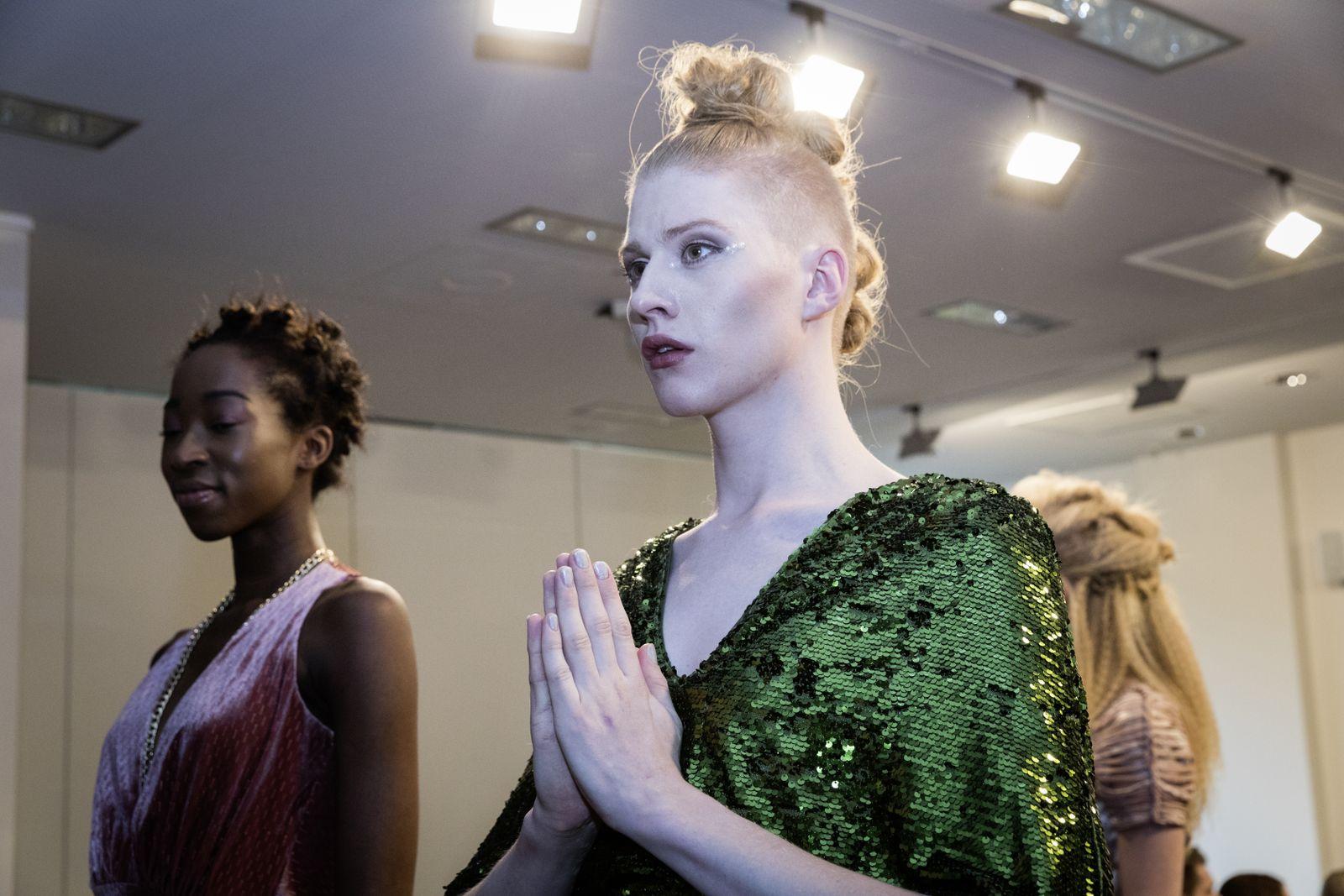 EINMALIGE VERWENDUNG UniSPIEGEL 2017/4 S.18: Männermodel für Frauenkleider