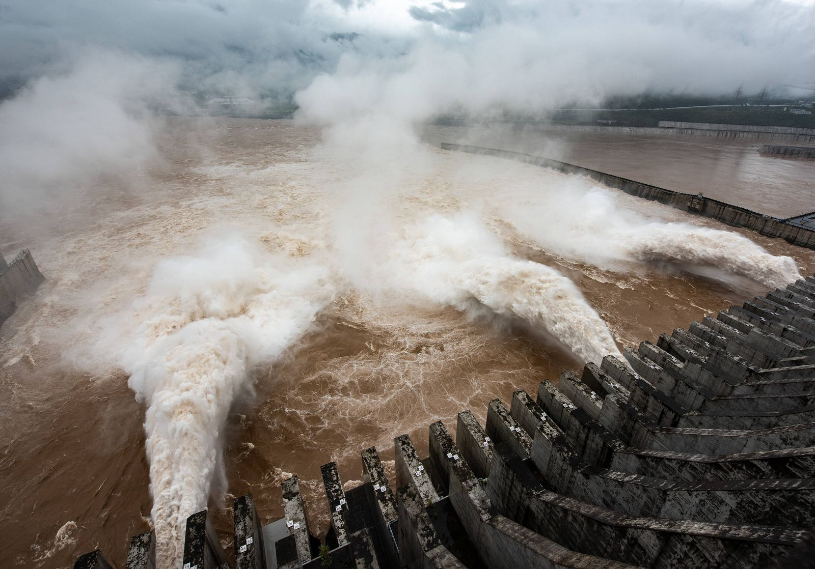 (200718) -- YICHANG, July 18, 2020 -- Photo taken on July 18, 2020 shows the Three Gorges Dam opening the floodgates to