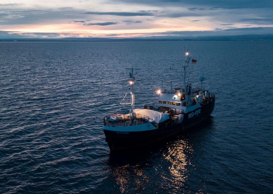"""Schiff """"Alan Kurdi"""": Auf knapp 39 Metern drängeln sich 150 Migranten"""