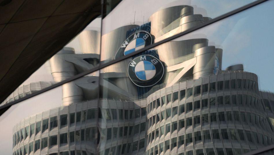Das BMW-Logo spiegelt sich in der Fassade der BMW Welt in München