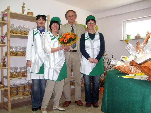 Schaum-Experte Hubert Juhnke gemeinsam mit Mitarbeiterinnen in seinem Lädchen