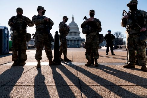 Bewaffnete Soldaten bewachen das Kapitol in der US-Hauptstadt Washington