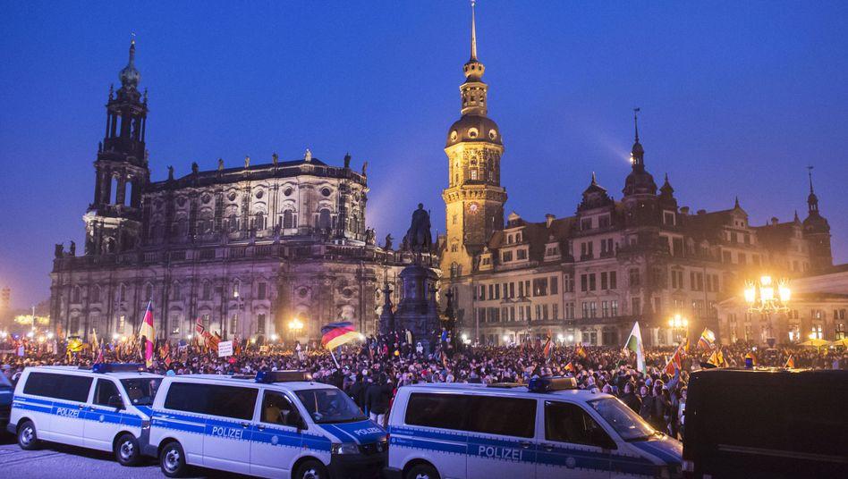 """Pegida-Demo in Dresden: """"Rechtspopulistische Empörungsbewegung"""""""