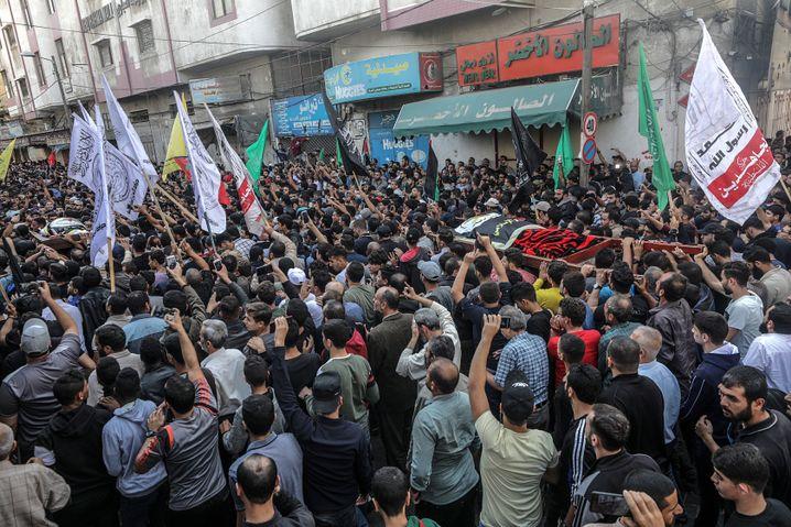 Trauerprozession im Gazastreifen mit dem Leichnam von Baha Abu al-Ata