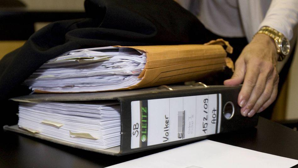 Aktenstapel vor Gericht: Einige Richter arbeiten am liebsten mit Papier