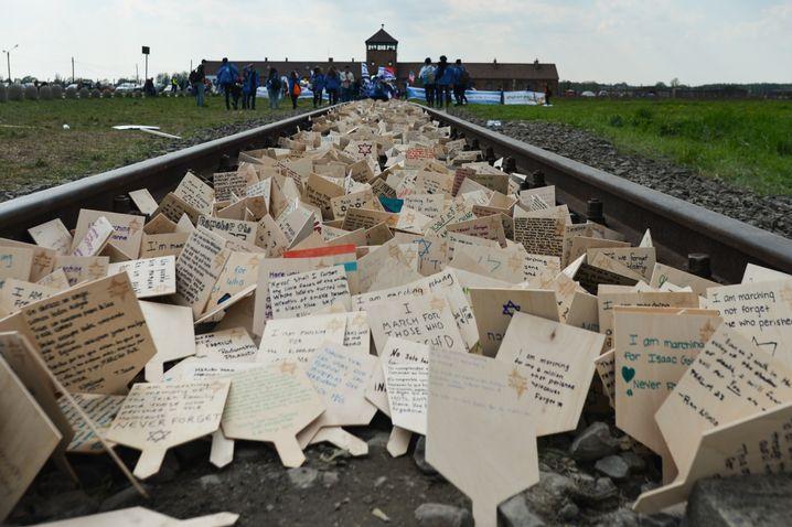 """Botschaften gegen den Antisemitismus beim """"March of the Living"""" in Auschwitz, 2019"""