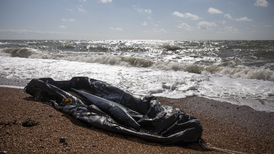 Gestrandetes Schlauchboot an der englischen Küste (Archiv)