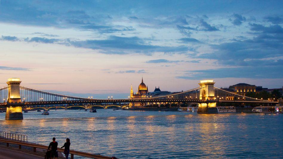 Kettenbrücke über der Donau in Budapest (Archiv)