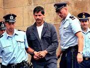 Marc Dutroux bei seiner Festnahme am 16. August 1996: Entführt, vergewaltigt, verscharrt