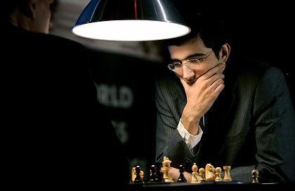 Harte Arbeit: Wladimir Kramnik im Spiel gegen Deep Fritz